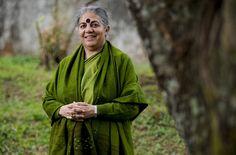 Vandana Shiva dictó una conferencia en la Universidad de Costa Rica y visitó comunidades en el Caribe junto al colectivo Bloque Verde.  | LUIS NAVARRO