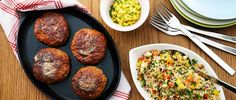 Kryddstekta kycklingfärsbiffar med quinoa och currykeso