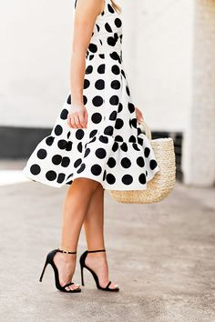 Polka dot flounce dress blanco y negro vestidos cortos, vest Modest Summer Fashion, Summer Fashion For Teens, Simple Dresses, Nice Dresses, Nyc Fashion, Style Fashion, Fashion Tips, Chic Dress, Dot Dress