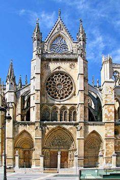 Gótico español. Fachada lateral de la catedral de León.