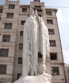 This amazing waterfall seen frozen on the side of a building in Jilin City, Eastern China, is the work of Wen Hsu, the only remaining resident, who left the tap on all winter to make sure his uninsulated pipes didn't freeze. Funny Weird Facts, Frozen Pipes, Ripley Believe It Or Not, Water Company, Underwater Sea, Chinese Man, Mystery Of History, Merida, Vintage Advertisements