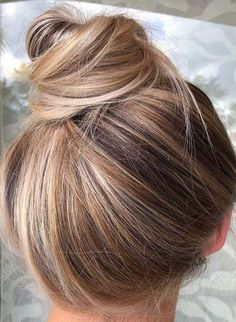 Browse this link to see the outstanding ideas of top knot bun hairstyles for ladies to show off in year No doubt we have posted here fantastic looks in form of bun styles. bun hairstyles Outstanding Top Knot & Bun Styles You Must Wear in 2018 Knot Bun, Hair Knot, Top Knot, Easy Bun Hairstyles, Pretty Hairstyles, Fashion Hairstyles, Boliage Hair, Curly Hair Styles, Bun Tutorials