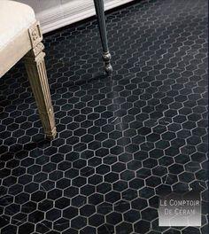 - carrelage mini hexagone tomette mur et sol noir ou blanc en pierre naturelle             SUBTIL ET HORS DU TEMPS-Petit, le carrelage MINI hexagone Tomette est préféré dans les salles de bain...