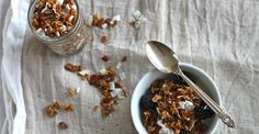 Recipe: Easy Coconut Granola This easy and flavorful granola can bring crunch to any healthy breakfast, from Greek yogurt to the top of pancakes! Cheap Healthy Breakfast, Make Ahead Breakfast, Healthy Snacks, Healthy Recipes, Simple Recipes, Breakfast Ideas, Yogurt Recipes, Banana Breakfast, Protein Snacks