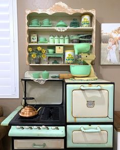 Would you use an antique stove if you could get your hands on one? received this mint beauty from a friend and chose to complement it with her vintage jadeite collection 💛💚 Vintage Vignettes, Vintage Tins, Vintage Display, Vintage Decor, Vintage Farmhouse, Vintage Kitchen, Vintage Stoves, Flea Market Decorating, Antique Stove