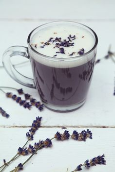 on This Lavender Chamomile Latte to Get Ready For Sleep Wind down and get ready for some zzz's with this lavender chamomile latte!Wind down and get ready for some zzz's with this lavender chamomile latte! Yummy Drinks, Healthy Drinks, Smoothies, Lavender Recipes, Hemp Milk, Latte Recipe, Tea Latte, Cafe Bar, Tea Recipes