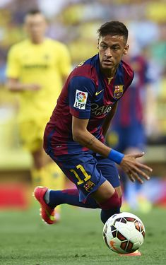 Neymar JR Photos - Neymar Jr of Barcelona runs with the ball during the La Liga match between Villarreal CF and FC Barcelona at El Madrigal stadium on August 2014 in Villarreal, Spain. - Villarreal CF v FC Barcelona - La Liga Neymar Jr, Fc Barcelona Neymar, Barcelona Soccer, Messi And Neymar, Cristiano Ronaldo Lionel Messi, Villarreal Cf, Soccer Girl Problems, Manchester United Soccer, Soccer Quotes