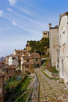 Tijdens onze reizen door Italië raken we vaak verzeild van de ene verrassing in de andere. Zo ook in de groene glooiende heuvels van de regio Emilia-Romagna. Vanuit de verte zie je het kasteel van …