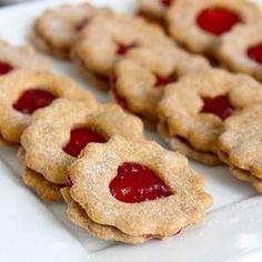 Tradiční linecké cukroví je základem české vánoční kuchyně, a tak jsem ho musela zkusit i ve fitness verzi s proteinem, ovšem úplně bez tuku a cukru. Na zvlhčení jsem použila jablečné pyré a slepila je domácí chia marmeládou z jahod. Kvůli absenci másla je samozřejmě chuť jiná, ale i tak si fitnessáci pochutnají. Health Eating, Christmas Candy, Xmas, Trifle, Nutella, Food And Drink, Low Carb, Healthy Recipes, Healthy Food
