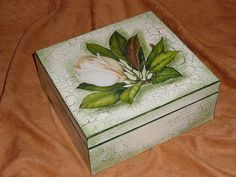 "Caja hecha con tecnica ""decoupage"". (detalles ""crackled"" y bordes unicolor)"