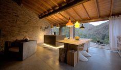 Die Finca Paraiso liegt in einer grünen Oase an einem Hang im sonnenverwöhnten Süden Gran Canarias. Ein kleines Landhaus im kanarischen Stil wurde um einen zeitgenössischen, minimalistischen Anbau erweitert. Auch innen zeigt die Finca sich ...