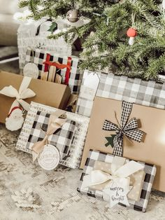 Cottage Style Christmas Wrapping Paper Ideas (Vintage farmhouse holiday gift wrapping) – Rain and Pine gifts Rustic Christmas, Winter Christmas, All Things Christmas, Christmas Home, Christmas Crafts, Christmas Decorations, Christmas Clothing, Christmas Pictures, Merry Christmas