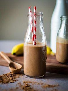 - 1 taza de leche de almendras - 1 plátano - 1/2 aguacate - 1 cucharadita de mantequilla de almendras - 1 cucharada de cacao puro - 3 dátiles - Hielo picado (según el espesor deseado)