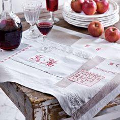 Set de table cousu avec du linge ancien, lin, chanvre, dentelle et monogrammes brodés