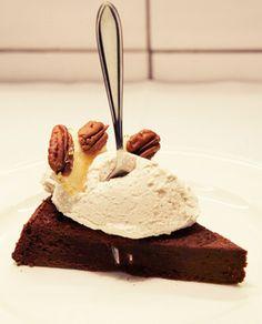Schokoladen-Ingwer-Fudge-Tarte mit karamellisierten Pekannüssen und Zimtsahne.