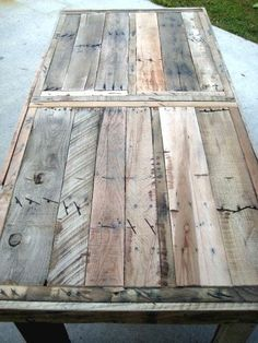 Casa mesa hecha de madera reciclada