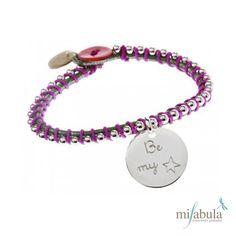 Puedes grabar un texto en cada cara de las medallas: nombre, fecha, tipo de alergia, número de teléfono o mensaje de amor! http://www.mifabula.com/es/126-pulsera-happy-con-medalla-plata.html