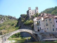 Dolceacqua, sullo sfondo il castello Doria (Imperia) Italia