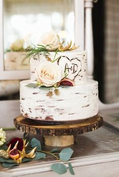 No country-chic wedding is complete without mason jars galore, beautiful burlap details, and of course, a wedding cake with a romantic rustic feel. #CountryChicWeddings