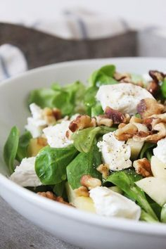 Salade d'automne - Mâche chèvre pomme & noix // Autumn Salad with Lamb's Lettuce, Goat's Cheese & Walnuts Healthy Salad Recipes, Vegetarian Recipes, Cooking Recipes, Cooking Steak, Clean Eating, Healthy Eating, Apples And Cheese, Salty Foods, How To Cook Quinoa