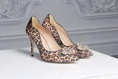 Scarpin com estampa de onça e detalhe de cristais  Pumps with leopard print