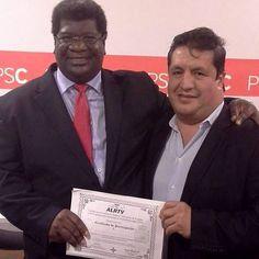 Encantado de entregar el certificado de participación al Seminario Taller de Fotografía de Prensa del Programa Internacional de Periodismo para ONGs a mi amigo Ernesto Alvarez. Muchas gracias por participar.