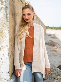b7bc2618a69b44 This open-front cardigan knitting pattern features a deep-ribbed edge