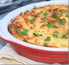 Ingrédients: - 8 à 10 pommes de terre - 1 oignon - 1 gousse d'ail - 3 à 4 filets de poulet en petits morceaux - Huile d'olive - Sel et poivre - Une pincée noix de muscade - 3 œufs -25cl crème fraiche liquide -2 c à s de persil ciselé (facultatif) -4 portions de fromage (type vache qui rit ou autre)