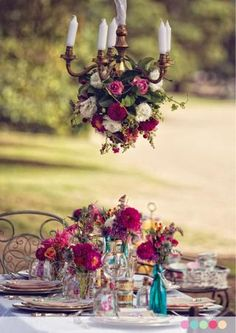 ❥ pretty table ~~ and you know how I love outdoor chandeliers!