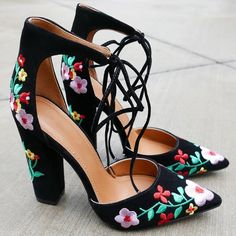 Flower Party Embroidered Chunky Heels 42 Cute Shoes Ideas That Make You Look Cool – Flower Party Embroidered Chunky Heels Source Pretty Shoes, Beautiful Shoes, Cute Shoes, Me Too Shoes, Pumps, Stilettos, High Heels, Sexy Heels, Klobige Heels