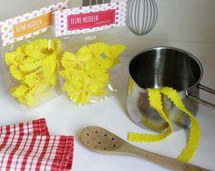 Hier findest du wieder eine tolle Limmaland-Bastelidee mit kostenloser Druckvorlage für Kaufladen oder Kinderküche. Viel Spaß beim Basteln mit Nudeln!