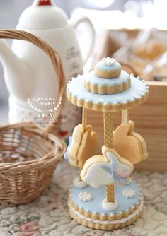Dinky easter bunny carousel made from decorated cookies - Easter cakes and baking inspiration, edible gift idea Fancy Cookies, Iced Cookies, Cute Cookies, Easter Cookies, Royal Icing Cookies, Cookies Et Biscuits, Sugar Cookies, 3d Easter Cake, Cookie Frosting