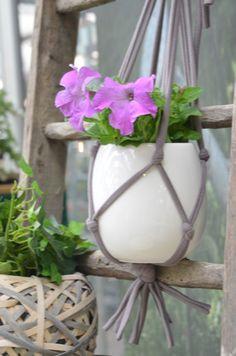 Supporto DIY per vasi da appendere, realizzato con fettuccia elastica annodata da Elisabetta Viganò per il #bloggerdayviridea di maggio 2015  #diy #green #plants
