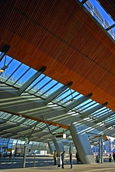 The architects of ARCADIS and Grimshaw have recently won the BNA 'Building of the year architectural award for their work on the Amsterdam Bijlmer ArenA station. The award is an initiative of the Dutch Architect. Airport Design, Hunter Douglas, Interior Architecture, Amsterdam, Beautiful Places, Around The Worlds, Train Stations, Building, Outdoor Decor