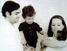 Jav :: Rahul Gandhi With Father Rajiv and Mother Sonia Indian Pictures, Rare Pictures, Political Leaders, Politics, First Prime Minister, Sonia Gandhi, Indira Gandhi, India First, People Of Interest