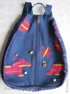 Иногда тянет посидеть за швейной машинкой.Образование за плечами не носить. А тут как раз понадобился племяшке рюкзак на лето,форму на танцы носить.Все рюкзаки покупные из полиэстера,спина потеет... И так совпало....мое желание посидеть за машинкой + необходимость в рюкзачке. На рюкзак пошло 0,5 м джинсовой ткани + 20 см отделочной ткани + молния 45 см + бахрома 1,30 м + 4м косой бейки фото 1