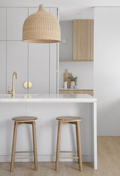 A white kitchen with Rattan pendant lights are the perfect way to create a Coastal feel in your home Rattan Pendant Light, Pendant Lighting, White Pendant Light, Home Design, Design Art, Home Kitchens, Coastal Kitchens, White Coastal Kitchen, Modern Coastal