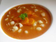 Jak w domu? Oczywiście! Zagotowujemy wodę z porcjami rosołowymi, warzywami i 1 łyżeczką soli, ściągamy szumowiny zbierające się na powierzchni zupy. Dodajemy kostkę rosołową, gotujemy 20 minut, dodajemy cały słoiczek koncentratu pomidorowego, wsypujemy 1 łyżkę cukru, doprawiamy solą i pieprzem i gotujemy dalej. Gdy porcje rosołowe są miękkie wyciągamy je z zupy.