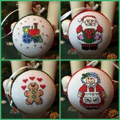 gestickte Christbaumkugeln. oben die Vorder- und unten die Rückseite Diy Christmas Ornaments, Christmas Cross, Christmas Decorations, Holiday Decor, Cross Stitch, Embroidery, Projects, Handmade, Home Decor