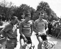 1955 30/7 rit 22 Tours > Avant le départ place Thiers à Tours, Louison Bobet, maillot jaune, et Jean Brankard, vainqueur de la veille