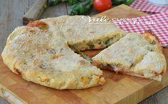 Focaccia caprese ricetta facile e veloce, lievitato veloce senza lunghi tempi di attesa, cotta in forno con un ripieno dal sapore mediterraneo.
