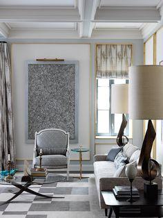 Фрагмент гостиной. Журнальный столик 1965 года по дизайну Мишеля Манжематина. Кресло слева — периода Людовика XVI, куплено на Sotheby's и перетянуто тканью Pollack. http://homeguide.ru/kvartira-v-nyu-jorke-proekt-zhana-lui-denio/