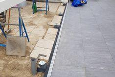 Plaats deze betonpoer in snelcement bij voorkeur op een bijvoorbeeld een stoeptegel die stevig in de grond ligt. Deze betonnen voet is mooi afgewerkt met afgeronde hoekjes. Het plaatje is 10 bij 10 cm groot. Hier past mooi een paal van 11.5, 12, 14 of 15 cm dikte op. Monteer deze met 4 stuks houtdraadbouten of flenskopschroeven van 8 cm. Deze dien je los mee te bestellen. Dit geldt ook voor de hoogteverstelling, dit is een plaatje met draadeinde. #klantfoto