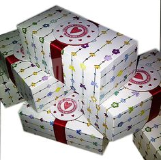 Caja para 2 cupcakes  Materiales: cartulina, acetato, cinta Aplique: tag + cinta