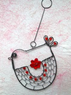 Chicken, by Alena, is made of black annealed wire, decorated with glass beads and acrylic flowers. Funky Jewelry, Bird Jewelry, Wire Pendant, Wire Wrapped Pendant, Wire Crafts, Jewelry Crafts, Wire Board, Art Fil, Wire Ornaments