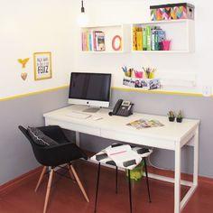 Home office bom é aquele que nos mantém inspirados!  A gente simplesmente ama parede bicolor + fita isolante. E a Escrivaninha Duna também!  Via @dcoracao #meumoveldemadeira