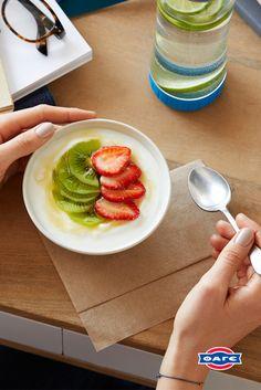 Μία γλυκιά απόλαυση που σου κάνει καλό: στραγγιστό γιαούρτι Total με φρέσκα φρούτα και μέλι.