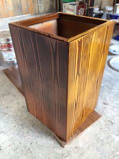 Ahşap görünümlü fiberglass saksı. Fiberglass planter with wooden surface.