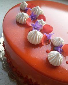 Rosso Tramonto ovverouna dolce magia alle mandorle e albicocche connamelaka alla vaniglia e lime e glassa al cioccolato bianco. Un vero tripudio di sapori