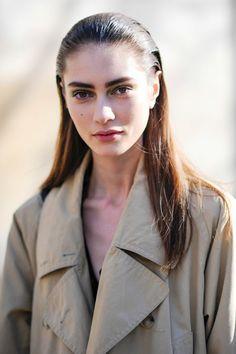 Sieht toll aus bei der richtigen Kopfform: Lange Haare einfach zurück gelen - so wie bei diesem Model hier am Rande der Pariser Modewoche.Mehr Frisuren hier